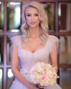 "Andreea Balan on Instagram: ""Sunt gata ... ❤️👰🏼 Sa inceapa botezul, nunta, dansul si iubirea ❤️🎼 @le_chateau_bucuresti  @otiliabrailoiu  #nuntasibotezinparadis #wedding"" Bridal Makeup Looks, Makeup Studio, Luxury Lifestyle, Diana, Hair Beauty, Wedding Dresses, Instagram Posts, Google, Fashion"