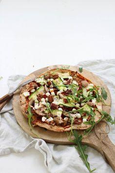 Pizza van Libanees platbrood met geitenkaas, courgette, walnoten en rucola - Feelgoodbyfood Vegetarian Lunch, Vegetarian Recipes, Cooking Recipes, Healthy Recipes, Pizza Vans, Vegetable Pizza, Clean Eating, Good Food, Veggies