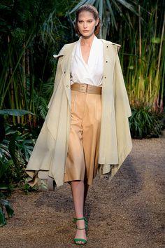 La visión de una joven Grace Kelly en el filme Mogambo de 1953 presente en el look de Hermès.Directo de la pasarela los mejores looks de primavera 2014