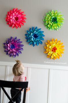 Zoek je wat moois voor aan de muur? Laat de kinderen deze prachtige papier bloemen maken. Of ga zelf aan de slag! - Zelfmaak ideetjes