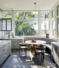 With Beth Webb at the helm of the design, an art-filled modernist getaway in South Carolina sits comfortably among its Lowcountry landscape. Farmhouse Kitchen Island, Kitchen Nook, Interior Exterior, Interior Design, Banquette Seating, Dining Nook, Dining Table, Cozy Nook, Low Country