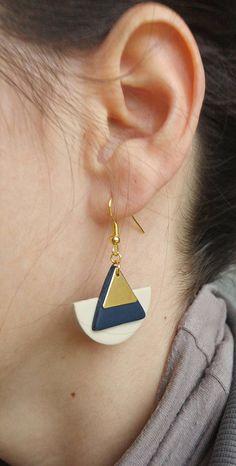 Boucles d'oreilles demi lune en fimo beige et bleu marine