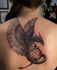 tatouage-dragon-en-couleurs-femme-horloge-haut-du-dos
