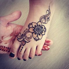 Black floral with swirls mehndi design for kids foot – Henna Henna Hand Designs, Mehndi Designs For Kids, Mehndi Designs Finger, Mehndi Designs Feet, Tattoo Designs Foot, Legs Mehndi Design, Mehndi Designs For Fingers, Latest Mehndi Designs, Simple Mehndi Designs