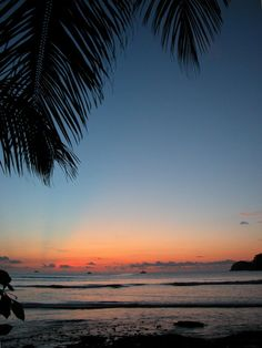 Costa Rica 02 Parque Nacional de la Isla del Coco Situada a 550 km del litoral costarricense, la Isla del Coco es la única de la zona tropical del Pacífico Oriental que posee un bosque húmedo tropical. Es un laboratorio ideal para el estudio de los procesos biológicos, debido a su ubicación en el primer punto de contacto con la contracorriente norecuatorial