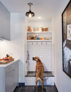 Se você tem cachorro acho que vai concordar comigo, que os dog-showers são uma ideia muito bacana! Eles são um cantinho na sua lavanderia, garagem ou varan