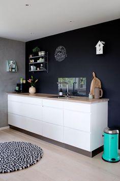 Hvitt Kvik-kjøkken mot svartmalt vegg Glam Room, Boconcept, Grey Walls, Decoration, Buffet, Dining Room, Storage, House, Inspiration