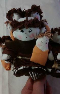 Cada boneco tem 13 cm de altura, é encaixado na vareta, pode ser retirado para jogar ou arremessado com a vareta.
