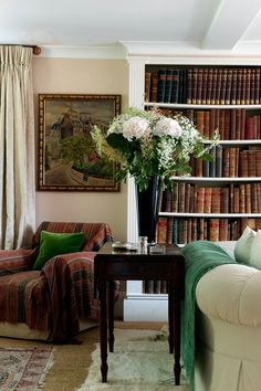 Since moving into her husband's Wiltshire farmhouse, designer Sarah Vanrenen has enhanced its quirky charm, with an adjusted layout and unexpected colours. A bookcase houses antique volumes in the drawing room to create a cosy nook for books. Living Room Colors, Living Room Designs, Traditional Bookshelves, Bookshelf Design, Bookshelf Ideas, Bookshelf Styling, Farmhouse Remodel, Drawing Room, Living Room Interior