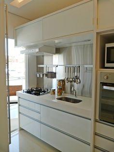 Cozinha, pequena , funcional e minimalista.