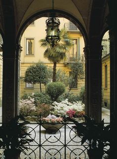 """- Swide's pocket guide of most beautiful """"secret"""" and undiscovered gardens and courtyards in Milan: from open private houses to Giardini Pubblici Indro Montanelli. Photo: Via Mauro Macchi."""