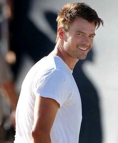 For all the ladies.  Not a fsn of his hair or his wife.  But i do dig thr Josh Duhamel T-shirts.  Hows that?
