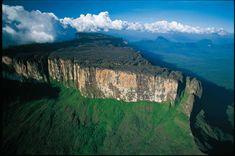 Parque Nacional Canaima, Estado Bolívar, Venezuela. Patrimonio de la Humanidad desde 1994. Aquí están los tepuyes más conocidos: Monte Roraima y Auyan-tepui y el Salto Ángel. #belleza #maravilla #paisaje #Canaima #Bolivar #Venezuela #tepuy #Roraima #Auyan-tepuy #SaltoAngel