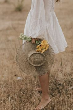 I adore this flowy dress - So romantic & easy to wear! With a big hat & golden jewels, it made for the perfect summer outfit. Girl Photography, Creative Photography, Outdoor Fashion Photography, Sunflower Photography, Foto Blog, Photo D Art, Shooting Photo, Summer Aesthetic, Summer Photos