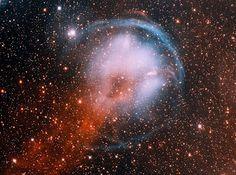 χλόη - Google+HFG1 ( Heckathon-Fesen-Gull 1)  HFG1, nebulosa planetaria, si trova nella costellazione di Cassiopea. È stata prodotta da un sistema stellare binario (V664 Cas) che si muove rapidamente verso la nostra galassia. Possiede una struttura interessante a cerchio, nella sua corsa ha prodotto un'onda d'urto blu, lasciando una scia rossa di gas dietro di sé.