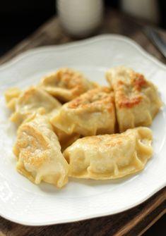 Składniki Farsz: kapusta kiszona, 300 g liście laurowe, 2 sztuki ziele angielskie, 2 ziarna cebula, 1 średnia mięso mielone wołowe, 300 g sól, świeżo mielony czarny pieprz oliwa do smażenia jajko, 1 sztuka Ciasto: mąka pszenna, 3 szklanki jajka, 2 … Continuereading→