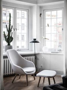 Cozy Home With A Blue Kitchen   HAY Sessel Hellgrau Leseecke Wohnzimmer  Skandinavisch Modern Schlicht Monochrom
