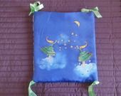 sac à doudous en soie bleue, peint à la main : Puériculture par evysoie