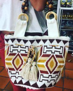 5 отметок «Нравится», 1 комментариев — Artesanías El cacique (@artesaniaselcacique) в Instagram: «Un arte hecho con amor y dedicación para ti. pedidos al WhatsApp .☎️3114251628. ✈️Envíos…» Tapestry Bag, Tapestry Crochet, Knit Crochet, Handmade Bags, Lana, Straw Bag, Arts And Crafts, Poufs, Tote Bag