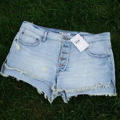 {Free People} distressed denim shorts sz 27 New with tags light wash distressed denim shorts by Free People. * willing to negotiate price through offer button *  * No trades / No paypal *  * bundle discounts * Free People Shorts Jean Shorts