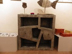 Une de mes dernières créations, ce meuble en carton enduit patiné gris. 90 x 90, 2 tiroirs amovibles.