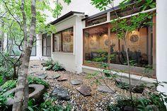도쿄 아카사카에 위치한 카이수는 '시마'라는 오랜 전통의 일본 요정을 리모델링한 호스텔이다. 도쿄를 종횡으로 관통하는 최고의 입지와, 간결하면서도 재치 넘치는 공간구성뿐만 아니라 지역의 예술과 문화를 담백하게 담아낸 플랫폼으로 카이수는 도쿄 여행을 더욱 풍부하게 채워주는 ...
