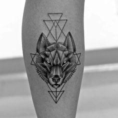 tattoo an der wade, bein tattoo, wolf, tattoo ideen fuer maenner