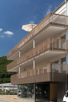 The high-quality mesh façade by HAVER & BOECKER consists of pre-assembled and pre-finished stainless steel mesh elements. Balustrade Balcon, Balustrades, Gate Design, Facade Design, House Design, Aluminum Handrail, Balcony Grill, Glass Balcony, Balcony Railing Design