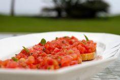 Receita Dedo de Moça: Bruschetta de tomate e manjericão