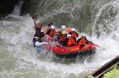 Duh, kalau ini paling ditakuti menurut saya. Nggak mau kan terjatuh atau bahkan terlempar dari perahu seperti diatas? via http://www.lagipergi.com