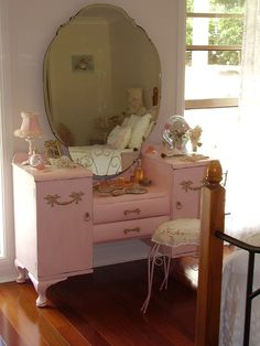 Paint a vintage dressing table a soft dusty pink! Love the vanity. I'd paint it a deep shiny Grey or flat Black or even a leather look Black paint. Ok maybe matte white. Crap idk too many colors to pick one) Pink Dressing Tables, Dressing Table Vanity, Vintage Dressing Tables, Black Vanity Table, Vanity Tables, Furniture Makeover, Diy Furniture, Vintage Furniture, Painted Furniture