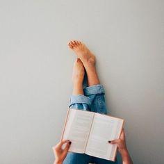 """5 curtidas, 2 comentários - Fotos Inspirações (@fotosinspiracoes_) no Instagram: """"Pés para o alto + livro Uma inspiração bem fácil de fazer! . . . . . . . #Art #Feed #FeedOrganizado…"""""""