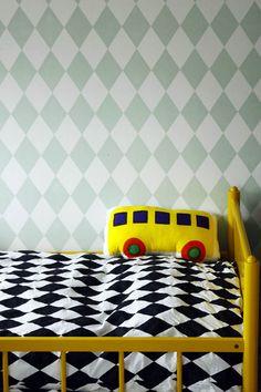 Tilasin Ellokselta pojan sänkyyn päiväpeitteeksi tuon mustavalkoisen Harlequin-pussilakanan*. Kokonsa puolesta istuu justiinsa hyvin ja keveyden puolesta mahtuu taiteltuna sängynpäätyyn. Usein kyllä sänky on päivät on petaamatta, mutta silloin tällöin on mukava hieman siistiä ja laittaa peite päälle. Nyt tekisi mieli vaihtaa sängyn paikka taas vastapäiselle seinälle, niin ei olisi salmiakkia ja harlekiinia (tapetti) ihan vieretysten. Myöhemmin pussilakan voi ottaa oikein nukkumakäyttöönkin.