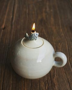 Adding pottery to your home décor is an innovative way of lighting it up and grabbing people's attention. As pottery is so diverse, incorporating it into your interior also offers the perfect oppor… Ceramic Teapots, Ceramic Clay, Ceramic Plates, Ceramic Pottery, Pottery Art, Small Urns, Pottery Classes, Ceramic Animals, Pottery Making