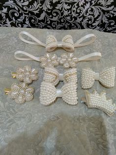 Headband e bicos de pato td bordado  a mão... Bridal Hair Fascinators, Fascinator Hairstyles, Pearl Headpiece, Pearl Headband, Fabric Jewelry, Hair Jewelry, Baby Tiara, Acrylic Gems, Beaded Crafts