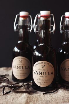 Easy-to-make homemade vanilla in a picture-perfect package from Tasty Yummies. This would make a fun gift any time of the year, and the free printables using Avery Kraft Brown Round Labels are a great (Drink Bottle Photography) Homemade Spices, How To Make Homemade, Homemade Gifts, Homemade Kahlua, Vanilla Extract Recipe, Vanilla Recipes, Vanilla Flavoring, Nut Milk Bag, Infused Oils