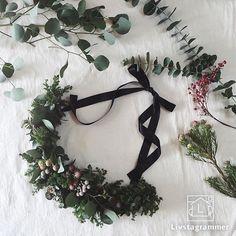 comfortable photo by @utatane.life @utatane.life さん手作りの #クリスマススワッグ がシンプルでおしゃれ… Diy Wreath, Wreaths, Corsage, Dried Flowers, Christmas Crafts, Swag, Bouquet, Ribbon, Holiday Decor