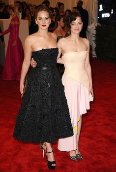 Marion Cotillard et Jennifer Lawrence en Dior http://www.vogue.fr/sorties/on-y-etait/diaporama/gala-du-met-costume-institute-punk-couture/13108/image/751475#!gala-du-met-costume-institute-2013-marion-cotillard-jennifer-lawrence