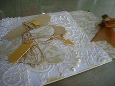 Convite de casamento em tons dourados. Feito totalmente à mão. Em papel, arame dourado, fita de cetim, pérolas creme.