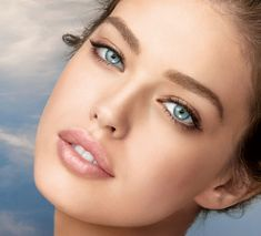 Emily DiDonato for Maybelline. All her ads her makeup is fresh, dewy, natural and I love it! Her eyes are gorgeous they make this look pop! Emily Didonato, Beautiful Lips, Beautiful People, Beautiful Women, Party Makeup, Bridal Makeup, Pretty Eyes, Mannequins, Look Fashion