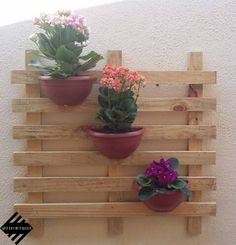 Deixe sua casa mais linda!!!! Jardim vertical feito com madeira de pallet. Uma linda decoração para sua casa. Jardineira com 3 vasos. Medida: 70cm de Largura - 65cm de Altura. Acompanha os vasos. Flores só para ilustração não acompanha a jardineira. A pronta entrega WhatsApp - (12) 99166-3238 Craft Stick Projects, Craft Stick Crafts, Wood Projects, Diy Plant Stand, Plant Stands, Pallet Wall Shelves, Small Balcony Decor, Vertical Garden Wall, Pallets Garden