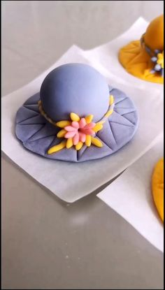 Cake Decorating Frosting, Creative Cake Decorating, Creative Food Art, Cake Decorating Videos, Cake Decorating Techniques, Creative Cakes, Clay Crafts For Kids, Food Crafts, Fondant Cake Toppers