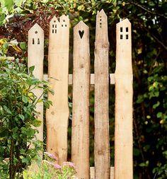 Dekorative Holzlatten-Z une Buch von Alice R gele TOPP Wooden Slats, Wooden Fence, Garden Gates, Garden Art, Amazing Gardens, Beautiful Gardens, Design Jardin, Diy Fence, Garden Cottage