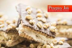 Najlepsze w tym cieście jest to, że przygotowanie trwa jedynie kilka minut. Później wystarczy trochę poczekać i cieszyć się cudownym ciastem.  Kinder Country Składniki: Duże opakowanie herbatników Opakowanie prażonej pszenicy (ja użyłam chrupek śniadaniowych Kangus) Krem: Śmietanka 30% (250 ml) KONIECZNIE Z LODÓWKI!!! 1 tabliczka białej czekolady 2 łyżki serka mascarpone (opcjonalnie) Polewa: 1
