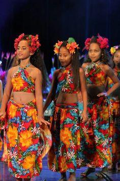 Heiva de écoles 2017 Polynesian Girls, Polynesian Dance, Hawaiian Skirt, Hawaiian Girls, Hawaii Costume, Tahitian Costumes, Tahitian Dance, Hawaiian Crafts, Island Wear