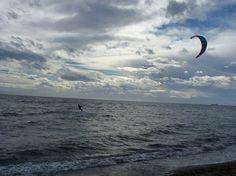 """Avec un doux nom qui signifie """"le village des anges"""", Angelohori est un petit village de pêcheurs au sud de Thessalonique qui est devenu le nouveau spot de kite-surf en Grèce du Nord. Qu'on pratique ou pas, il y a plus à y faire."""