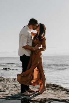 If their La Jolla engagement photos are any indication, this couple is laid-back, fun, stylish, and so in love. Astray Photography captured the essence of their love story on the sand and rocky shores. story La Jolla Engagement Photos on The Beach Beach Engagement Photos, Engagement Photo Outfits, Engagement Photo Inspiration, Engagement Couple, Beach Engagement Photography, Country Engagement, Couple In Love Photography, Family Photography, La Jolla