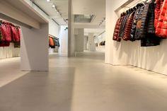 Esempio di un pavimento in resina finito realizzato per il rinnovo dello show-room di un negozio di moda