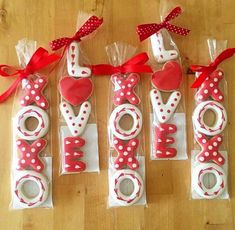 Love and XOXO Royal icing cookies - Valentinstag Cookies Cupcake, Valentine's Day Sugar Cookies, Fancy Cookies, Iced Cookies, Cute Cookies, Royal Icing Cookies, Cookies Et Biscuits, Heart Cookies, Summer Cookies