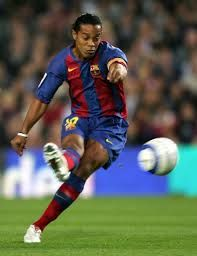 One of the most iconic football players is the Brazilina striker Ronaldinho. He won most of the prestigious prizes there are to win, both with his team and individually. Club Football, Best Football Players, Good Soccer Players, Football Soccer, Fc Barcelona, Barcelona Football, Lionel Messi, Ronaldo, Football Tricks